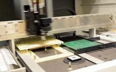 Automatiserad utrustning för ytmontering av prototyper.