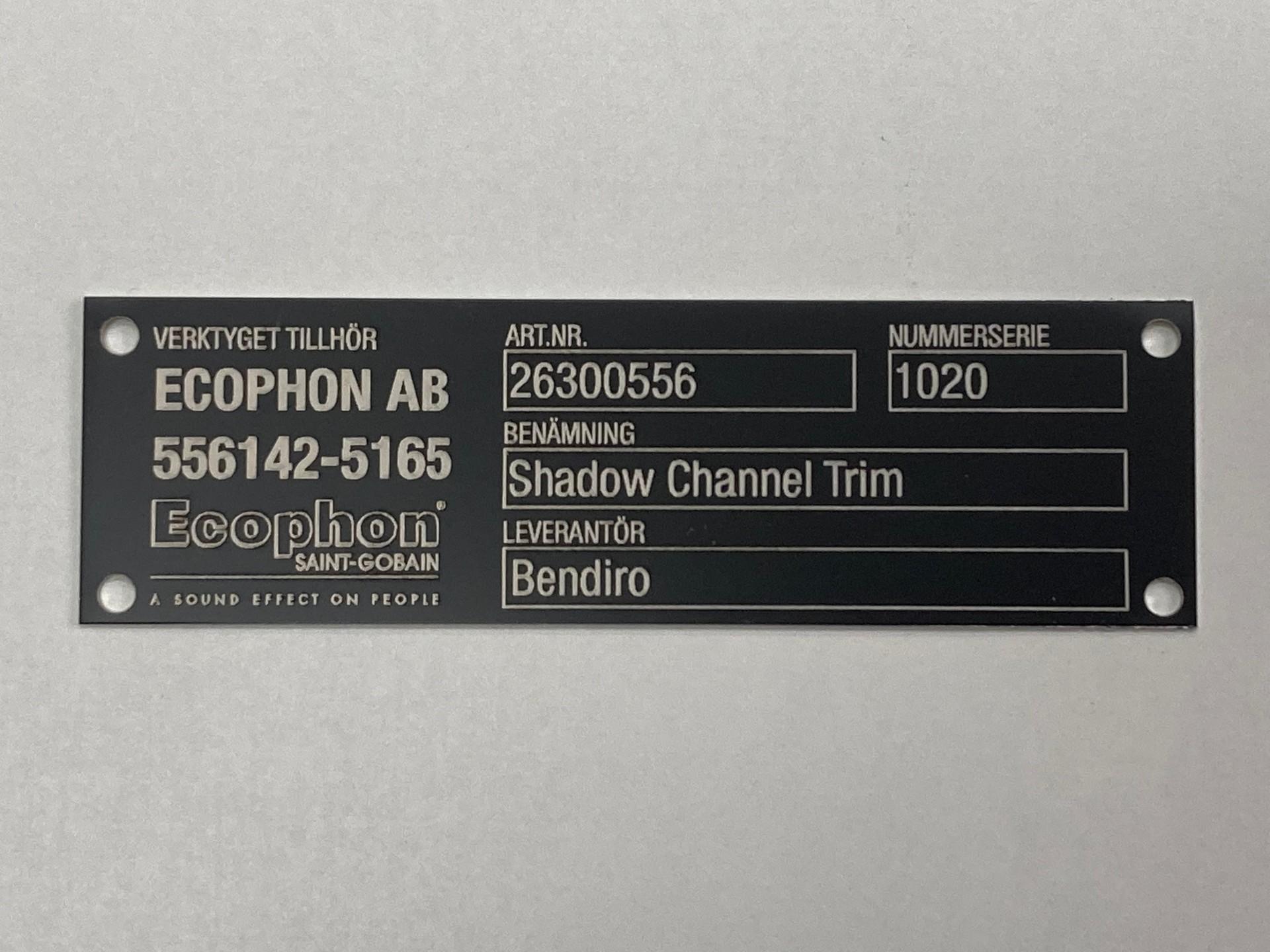 Typskylt av svarteloxerad aluminium och lasergraverad.